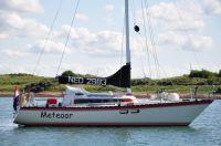 Meteoor - NED 2983, Harald en Brenda Vial, Ligplaats: Almere-Haven, Bouwjaar: 1983, Bouwer: Friendship, Indeling: Friendship, Bijzonderheden: Deze pion is in 1983 gebouwd als Rivendel en heeft daarna als Pioneer rondgevaren. De derde eigenaar heeft de boot 12 jaar gevaren onder de naam ScorPion. In 2005 is de boot door Harald en Brenda omgedoopt tot Meteoor.